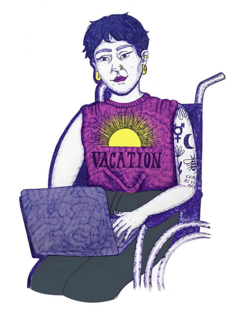 Person med kort mörkt hår, smycke i näsan och öronen och rosa t-shirt med en sol och text på, sitter i en rullstol med en dator i knäet.