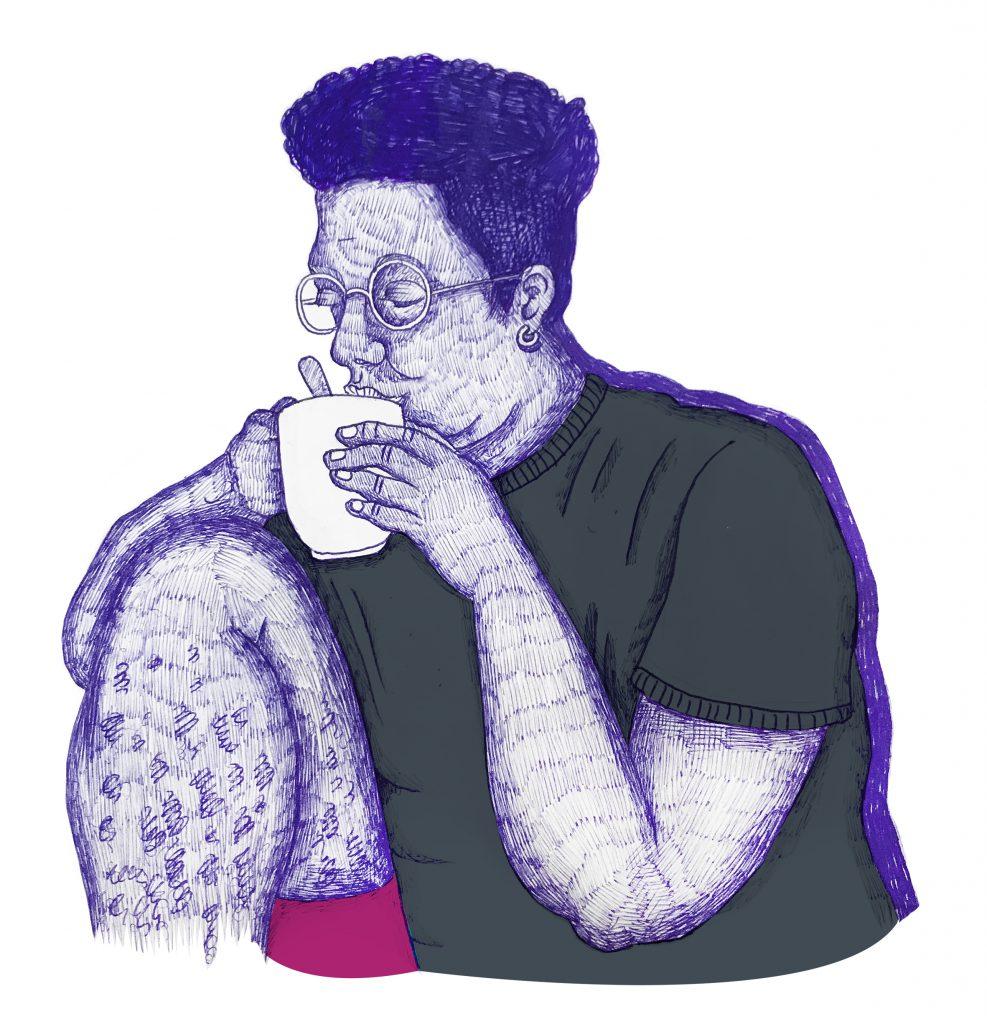 Person med kort mörkt hår och mörkgrön t-shirt dricker ur en mugg.