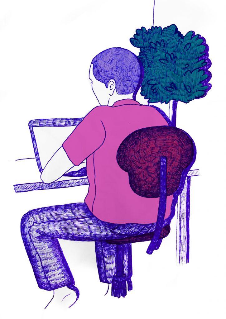 En person med kort, mellanmörkt hår sitter med ryggen mot oss på en stol. Hen har en rosa t-shirt och långbyxor. Framför sig har hen ett bord med en dator på och till höger om personen står en hög växt.