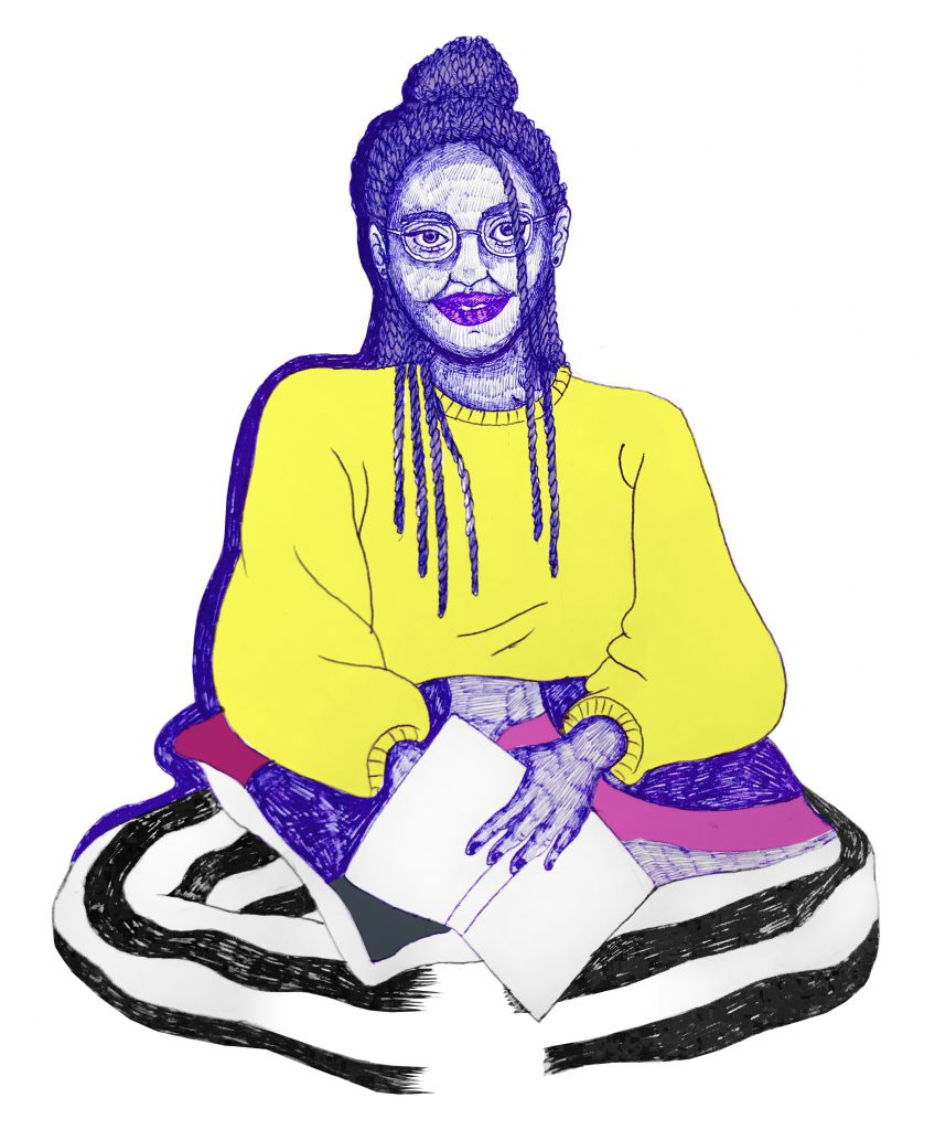 En person med håret i långa locks och glasögon sitter med korslagda ben mot oss. Hen har gul långärmad tröja, svart och vitrandiga byxor och har en kudde som är lila, rosa och grå i sitt knä och en bok i sin hand. Hen ler.