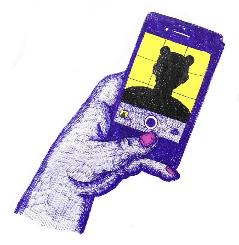 En hand med rosa naglar håller i en mobil. På skärmen syns en profil av en person som har håret uppsatt i två bollar på varsin sida.